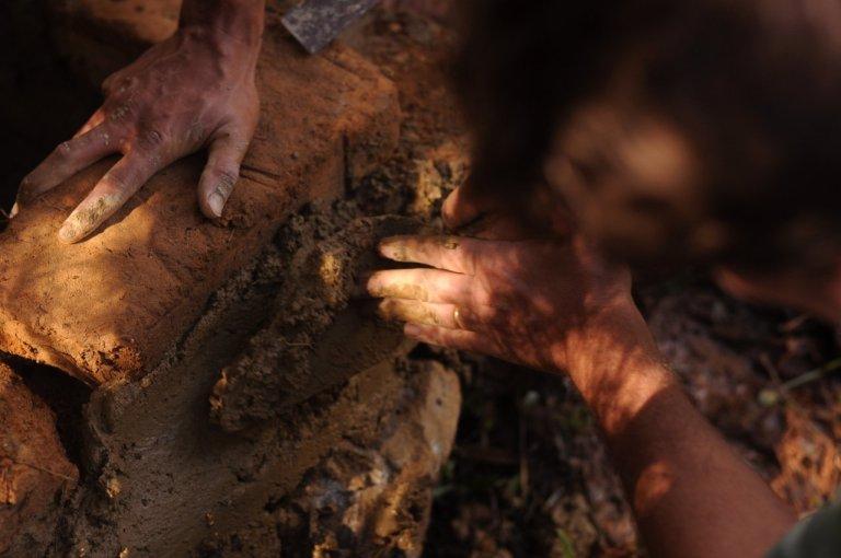 Solo-cimento usado como rejunte de tijolos de adobe