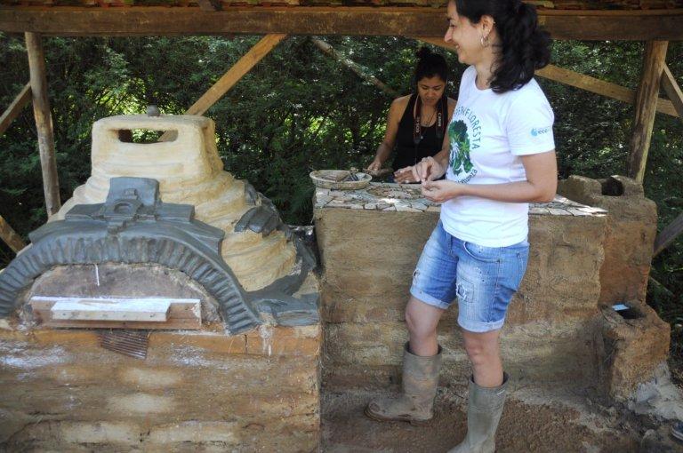 Forno em formato de pirâmide inca, balcão com mosaico e fogão foguete sendo avaliados no rolê final com Mildred